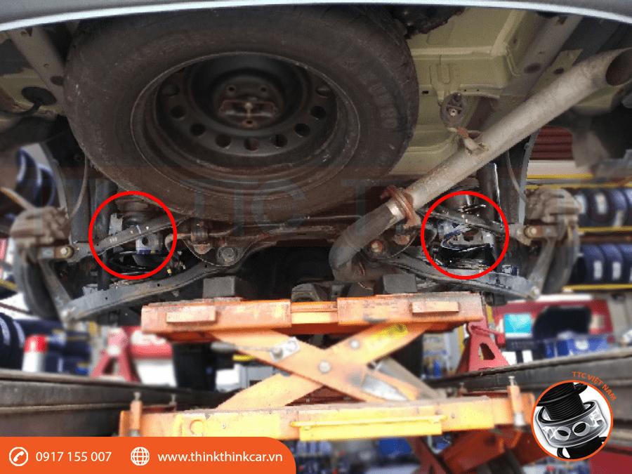Cận cảnh 2 đệm giảm chấn vào lò xo phía sau xe